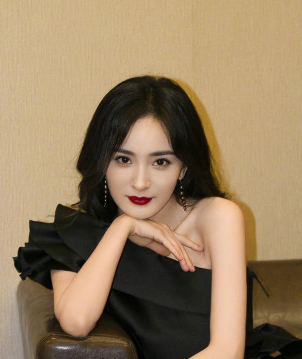 杨幂黑美人造型冷艳高雅,黑珍珠首饰十分有质感,越来越有少女感