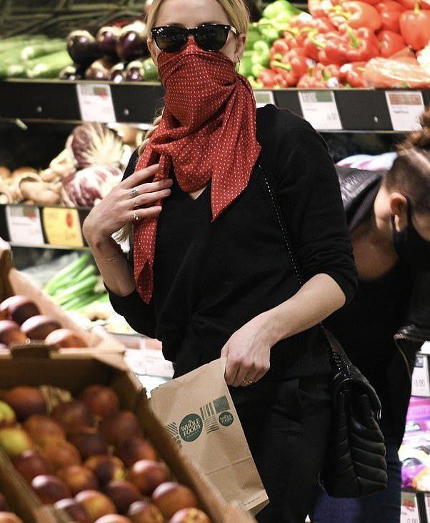 艾梅伯希尔德和女友Bianca Butti伦敦新街拍