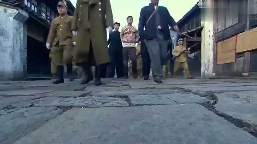 大佐带军队围攻龙王,谁知龙王有成群狙击手,脸都吓白了