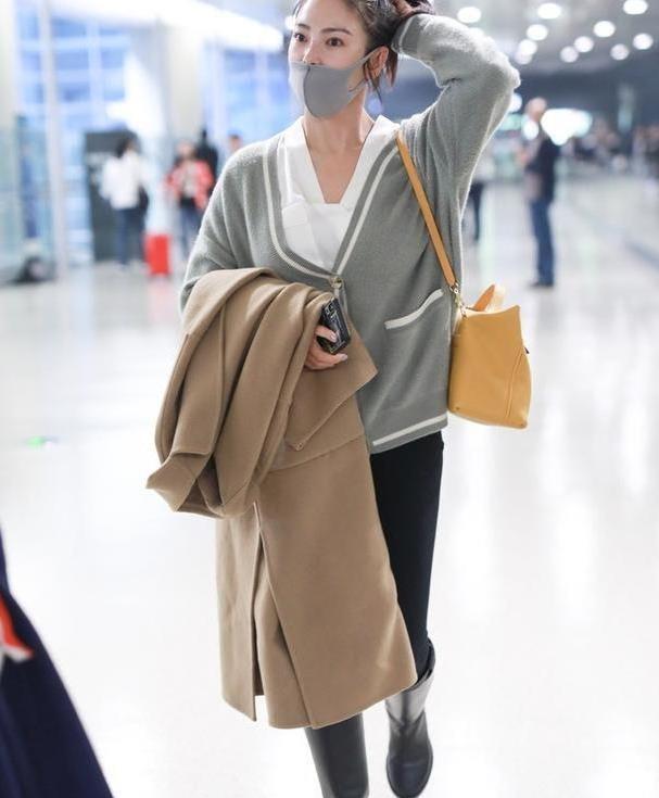 张雨绮穿针织衫走机场,身材不是一般的胖,骑士靴穿得像雨靴