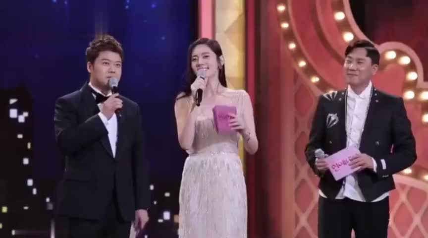 秋瓷炫人生第一次做颁奖典礼主持人于晓光台下猛鼓掌老婆好帅