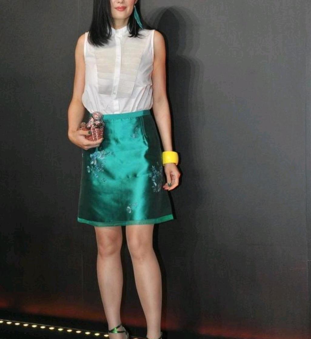 孟广美不愧是模特身材,身穿无袖上衣配墨绿色短裙,尽显女性魅力