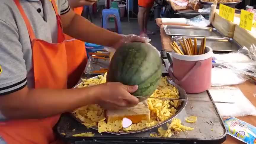 水果大师切西瓜,像掰花那样简单,食客都冲这刀功来买