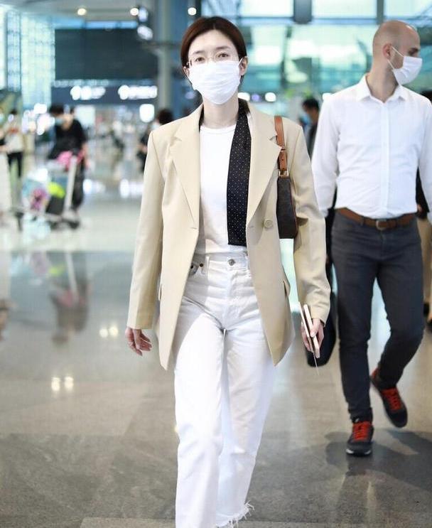 江疏影真会穿,卡其色西装内搭一身白打扮,简约却穿出了高级感