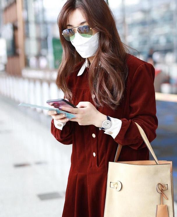 王晓晨的品位一发不可收拾,穿酒红色丝绒连衣裙走机场,气质惊艳