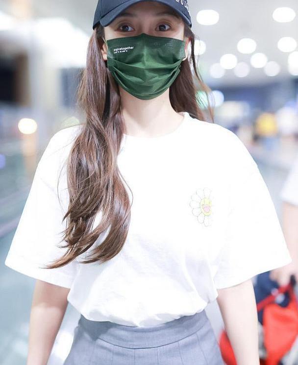 杨颖哪像31岁了,穿白色T恤配百褶裙走机场,比00后更惊艳