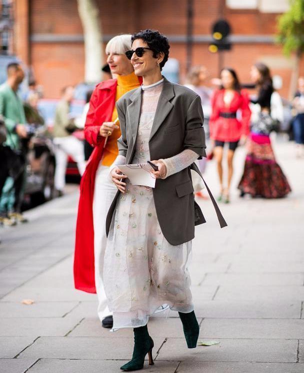 """在早秋很流行穿""""连衣裙+西装"""",时髦高级,出街回头率也高"""