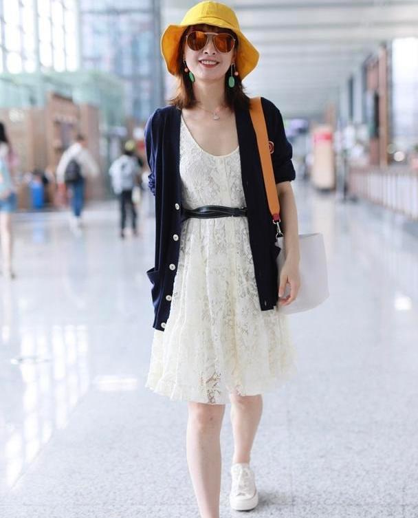 吴昕快40咋还这么甜?白色蕾丝裙穿出初恋感,配开衫精致优雅