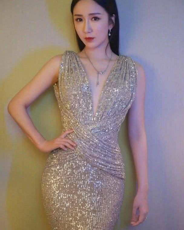 娄艺潇身穿深v香槟色礼服裙,前后风光无限,魅力四射