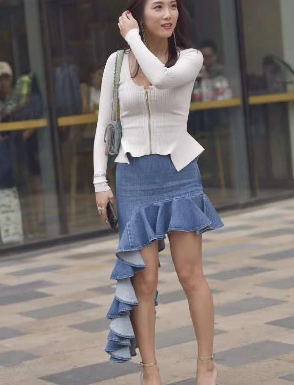 街拍:身穿牛仔鱼尾裙的小姐姐,非常有青春活力,充满着大气之美