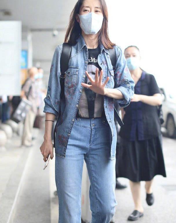 """刘敏涛越老越会穿,牛仔套装时髦减龄,走路带风很有""""大佬""""范"""