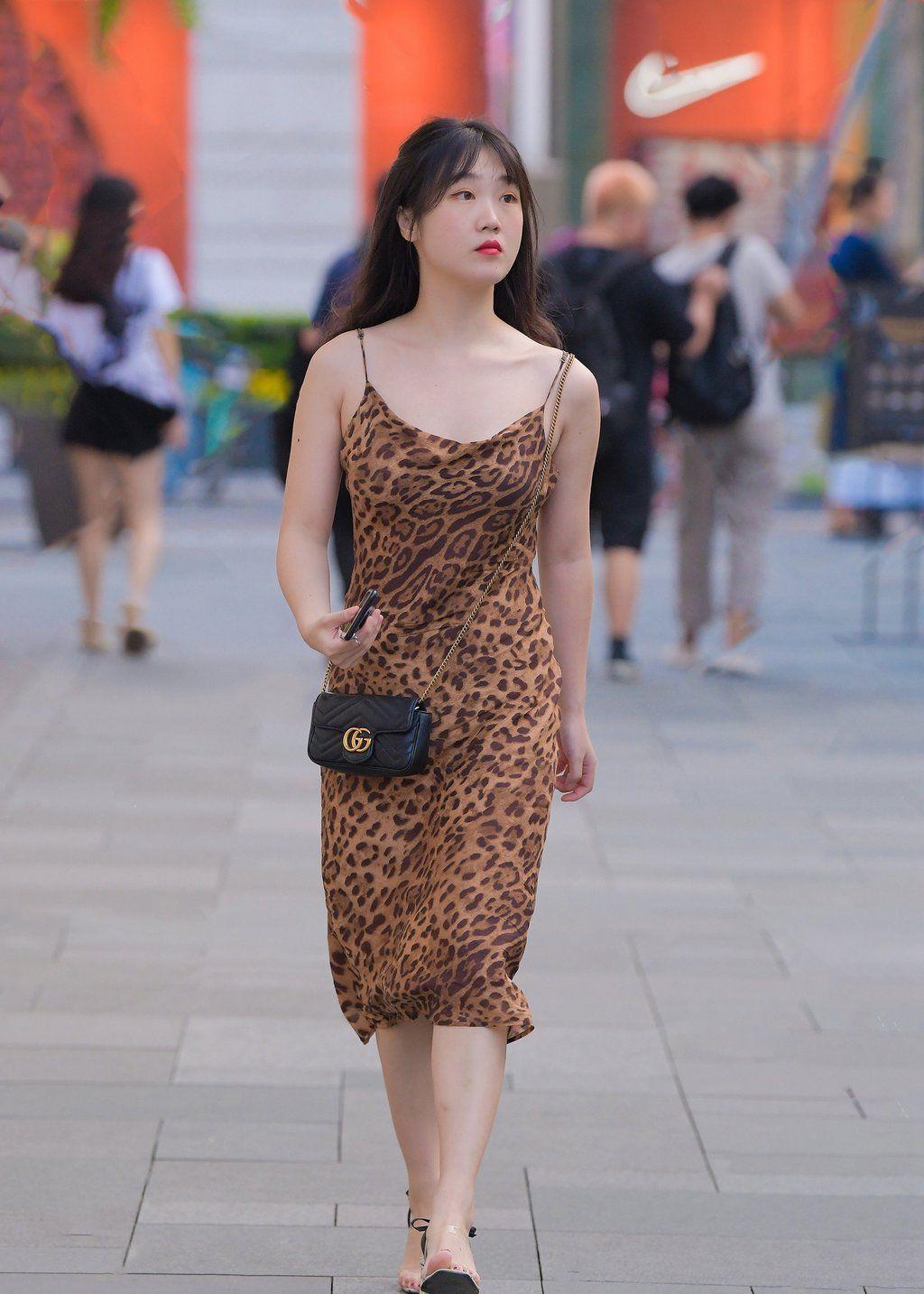 复古的豹纹单品再次来袭,清新又狂野的搭配,让你闪耀整条街!