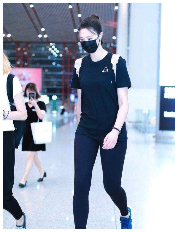 惠若琪退役后身材再发育,打底裤穿成紧身裤,黑纱透视装太性感