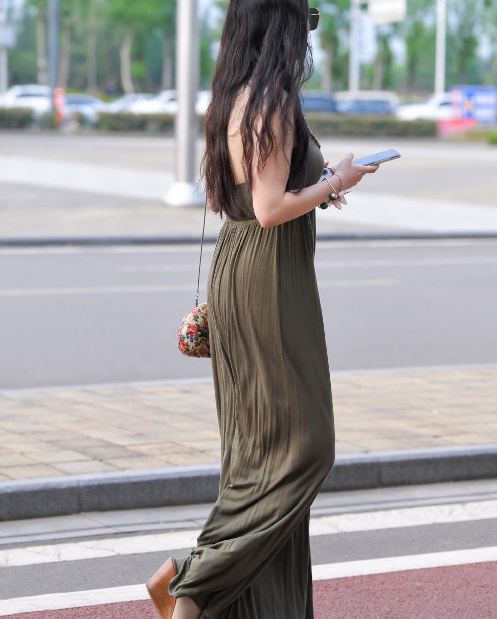 """时尚大气的""""挂脖裙"""",提升整体气质,优雅又迷人!"""