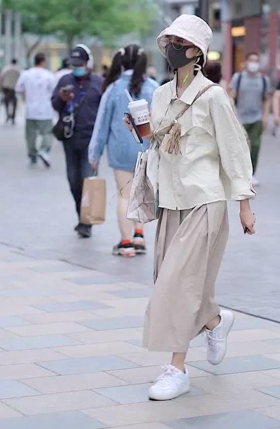 街拍:小姐姐身穿衬衫搭宽松阔腿长裤,宽松气质尽显悠闲风