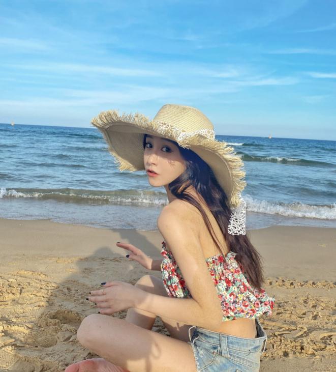 朱圣祎穿碎花抹胸搭配牛仔热裤,性感沙滩风超适合国庆度假,好美