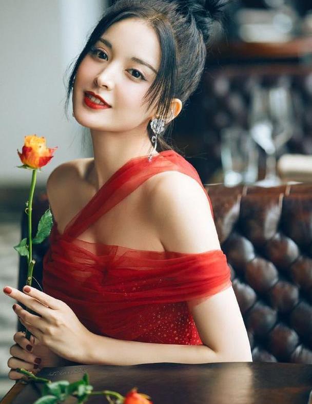 古力娜扎气质没得挑!一袭芝芝莓莓星空裙效果复古优雅