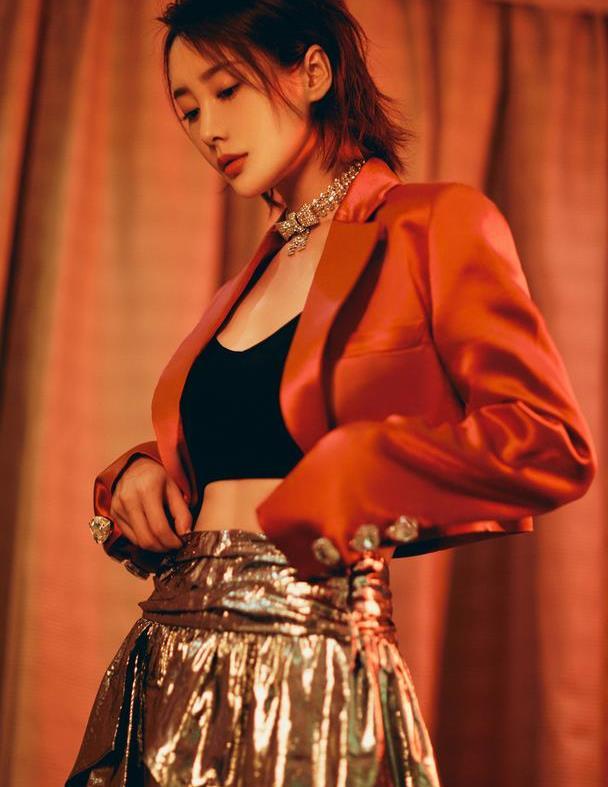 李纯又出惊艳造型,红色露脐西装配亮片裙霸气明艳,女王范好迷人
