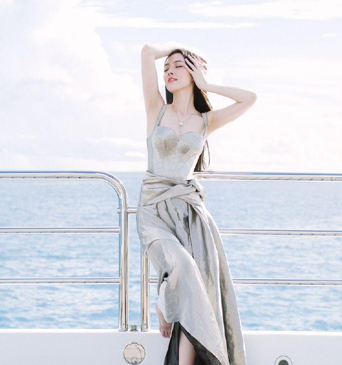 郭碧婷饱含内敛进取的温婉气度,完美彰显了都市女性的时尚风采