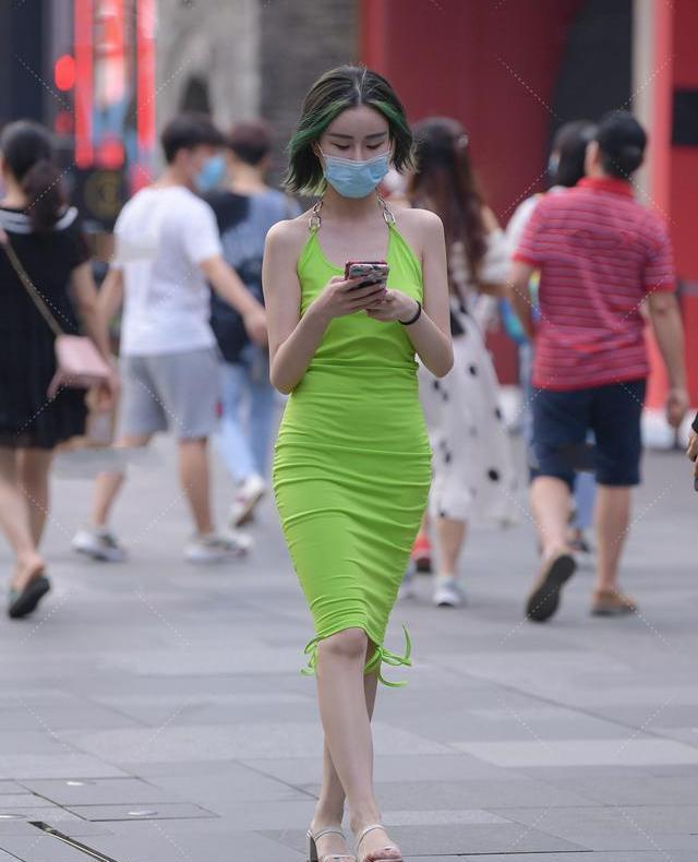 细长的嫩绿抽绳褶皱长裙,性感明艳,有个性的小女孩穿搭