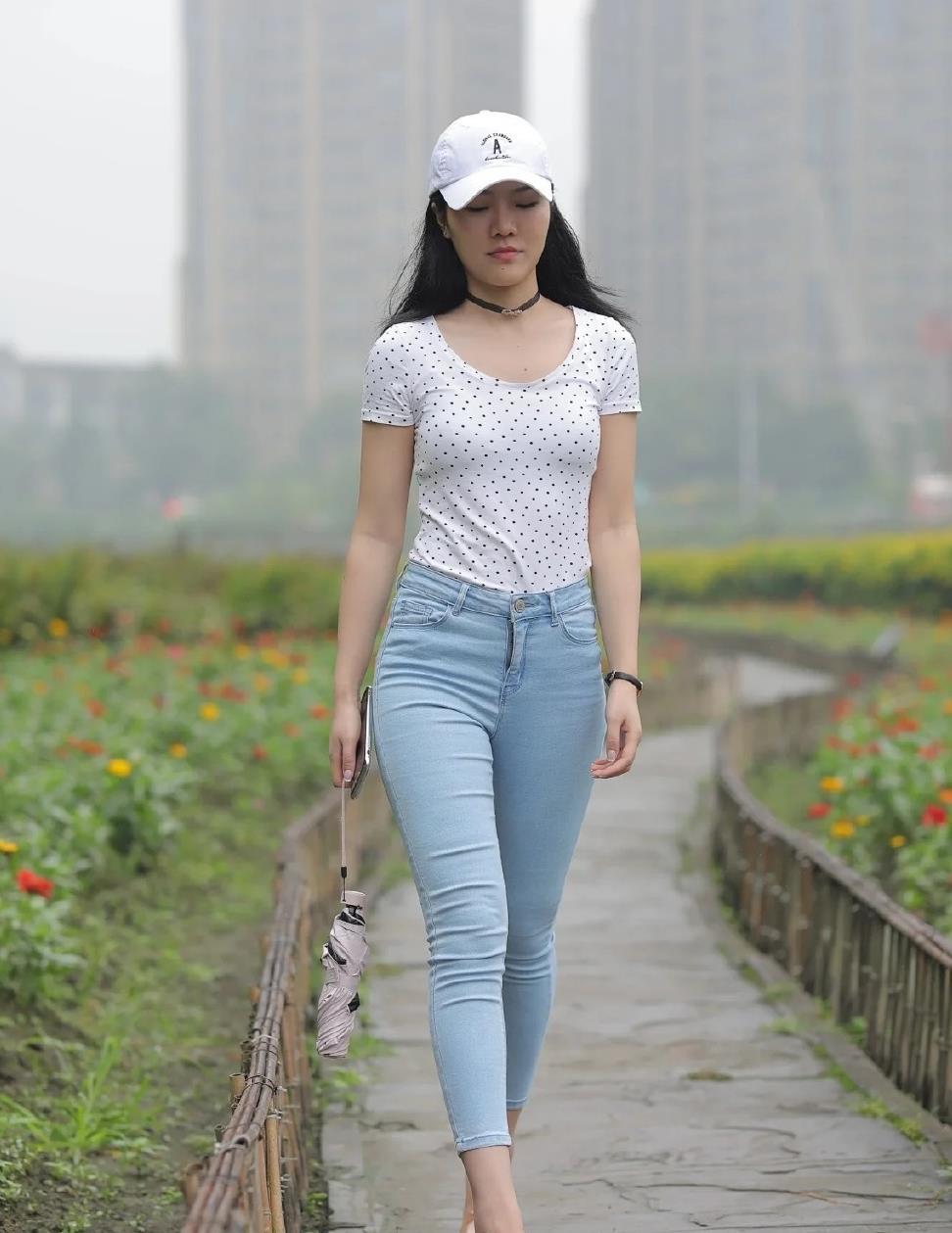 波点T恤配紧身牛仔裤,活力十足,棒球帽造型简单,清新时尚!