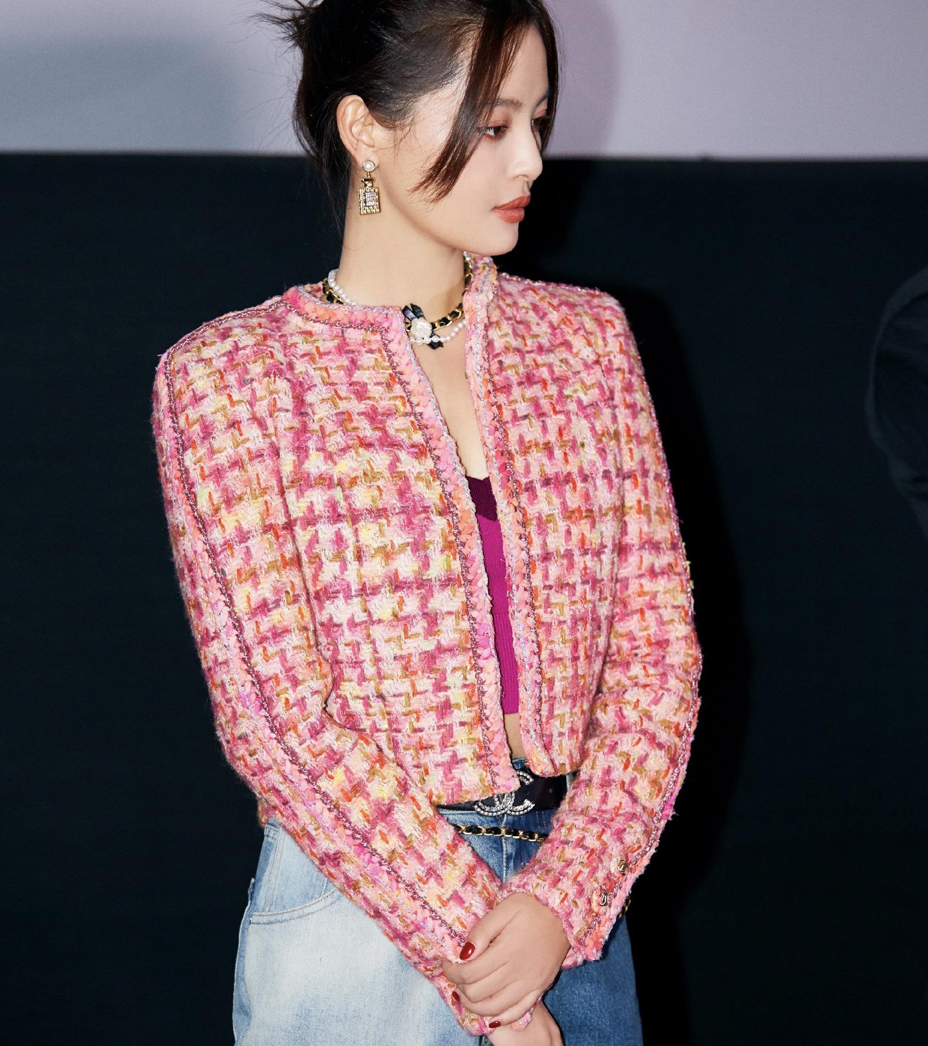 辛芷蕾活动照片曝光:玫粉色小香风外套配撞色牛仔裤,满满时尚感
