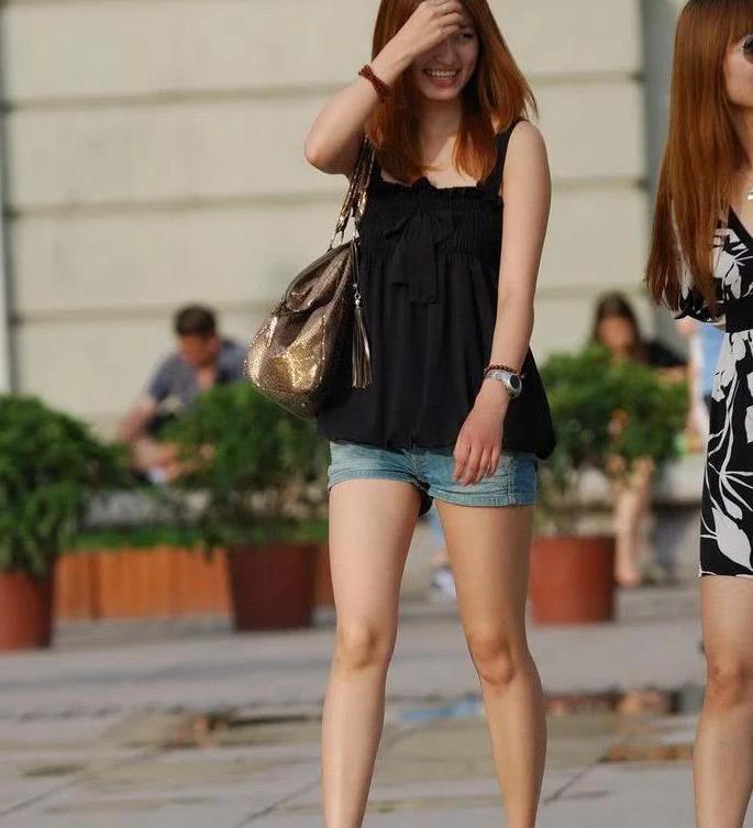街拍:高跟长腿牛仔短裤小姐姐 跟摄影说太阳太晃眼睛了