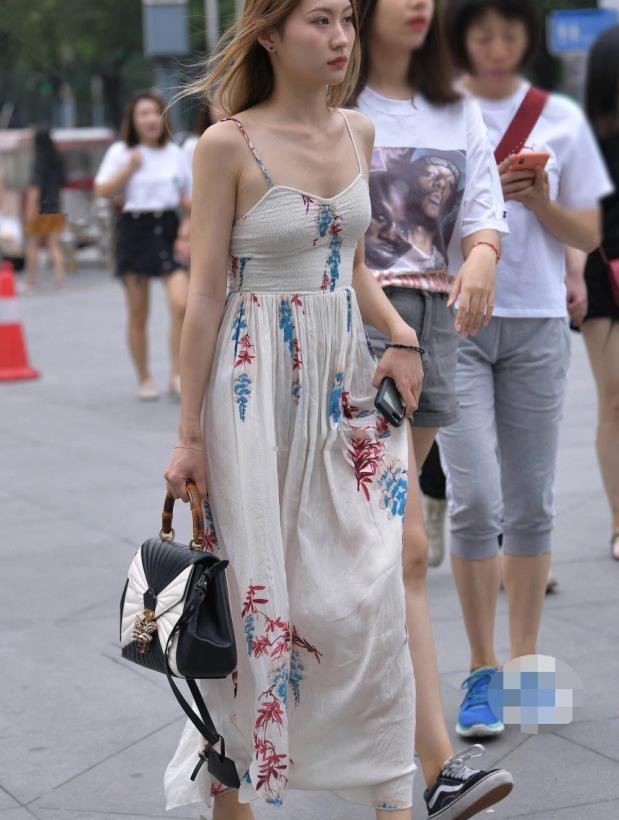 美女街拍:森女系小姐姐,身穿棉麻长裙,仙气满满!