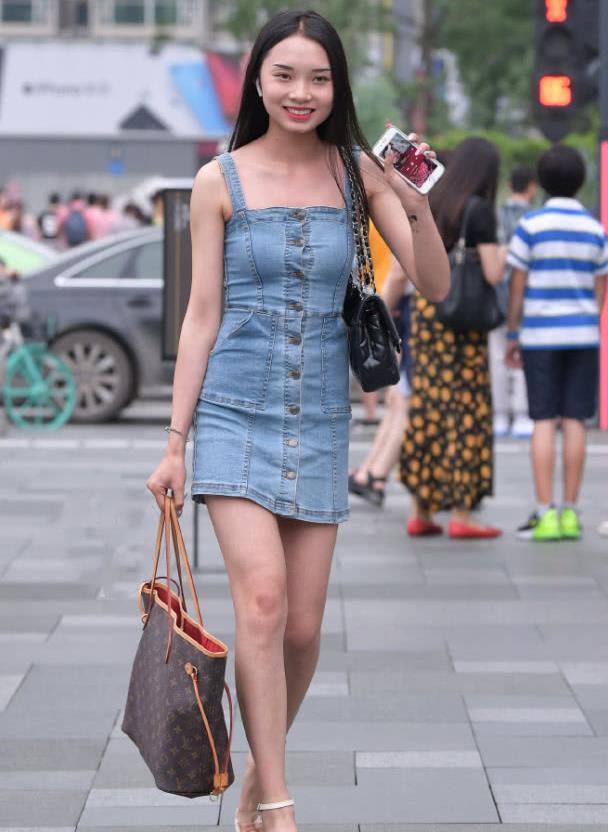 街拍:落落大方的长腿小姐姐,长发飘飘惹人喜爱!