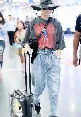 李宇春难怪那么红,穿T恤还要配渔夫帽凹造型,一般人真学不来