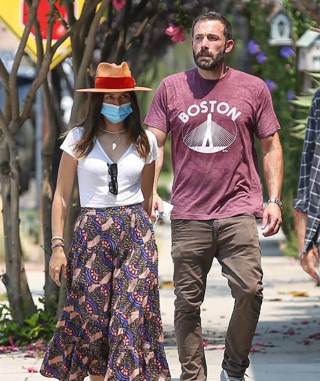 安娜·德·阿玛斯戴牛仔帽穿花裙真潇洒,和男友秀恩爱像一对小情