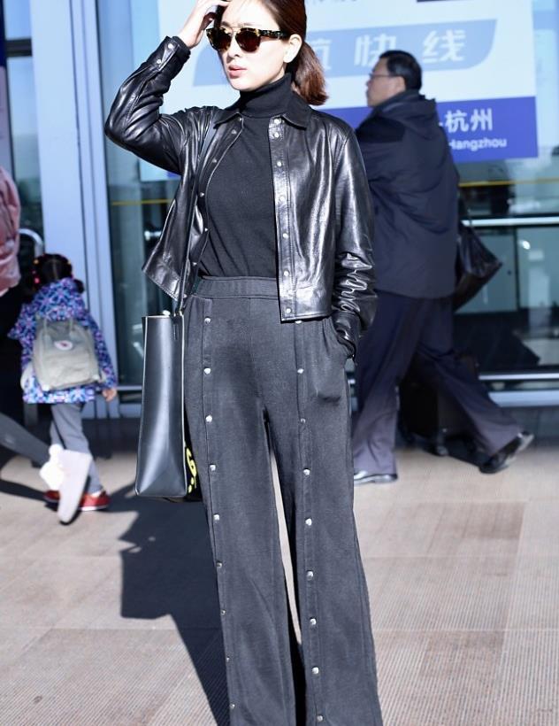 马苏街拍:黑色皮夹克高腰裤肩背Gucci大包 霸气有型