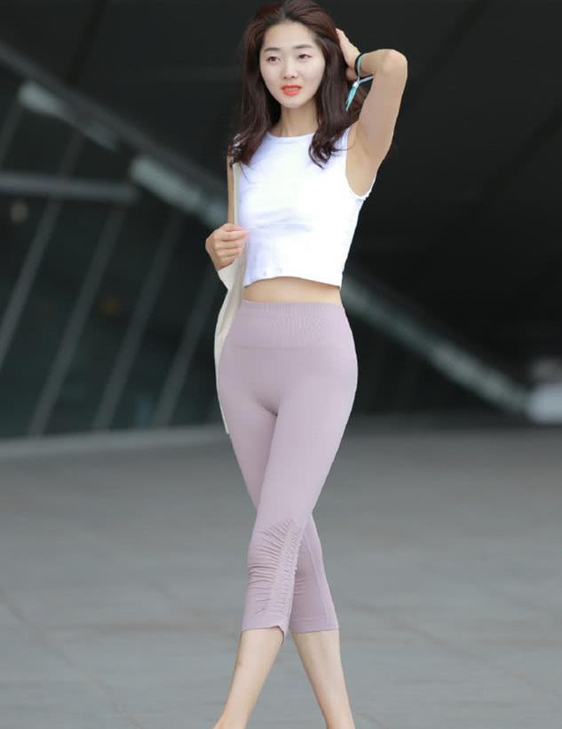 街拍:瑜伽裤美女,身姿曼妙,腿型绝美!