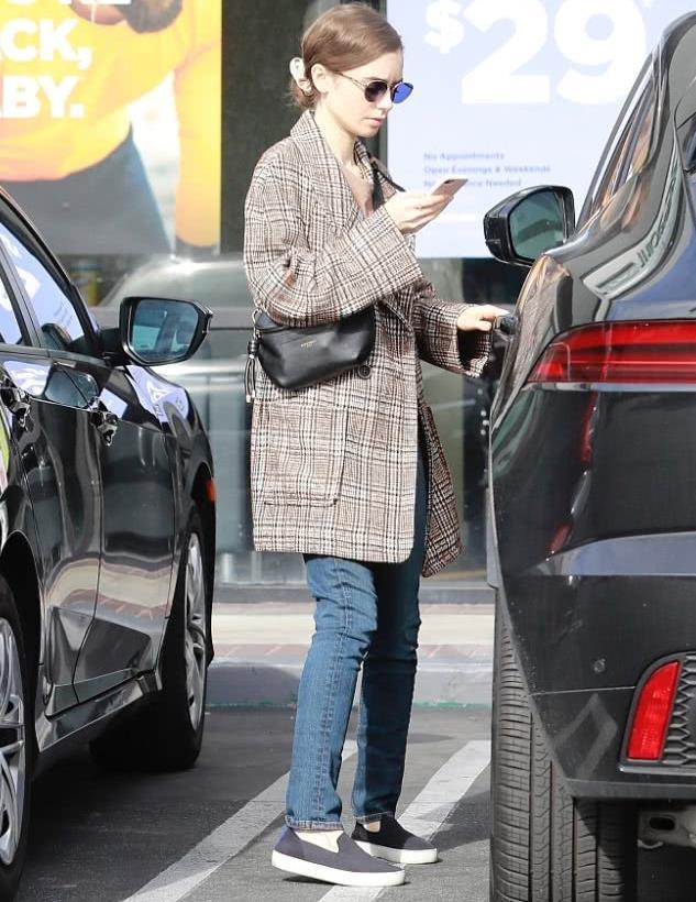 莉莉·柯林斯街拍:格纹大衣Givenchy手袋 懒人鞋商务休闲
