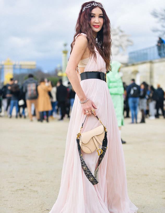2020秋冬巴黎时装周:温碧霞巴黎街拍 衣袂飘飘仙气十足