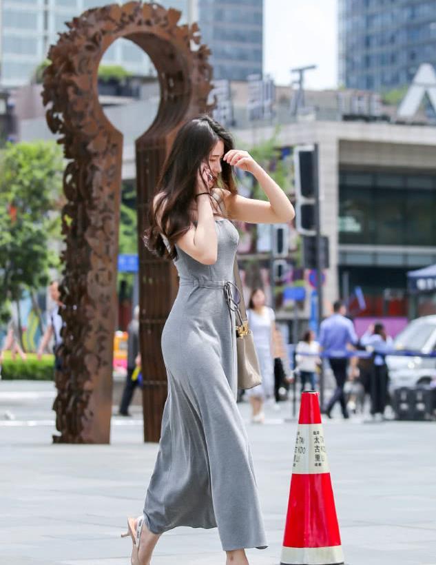 街拍:打电话的长裙美女,长发随风而飘,令人心动不已!