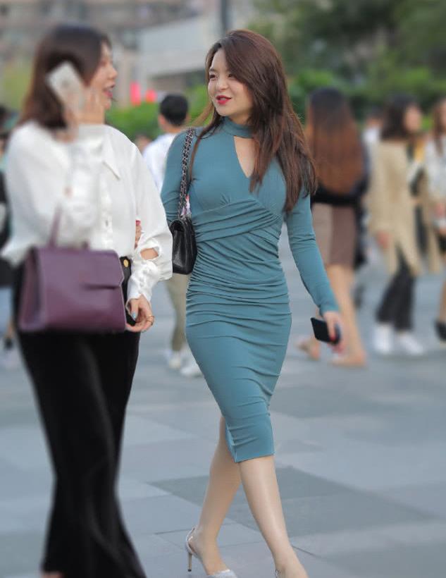 街拍:成熟美女穿紧身长裙,知性优雅,魅力十足!