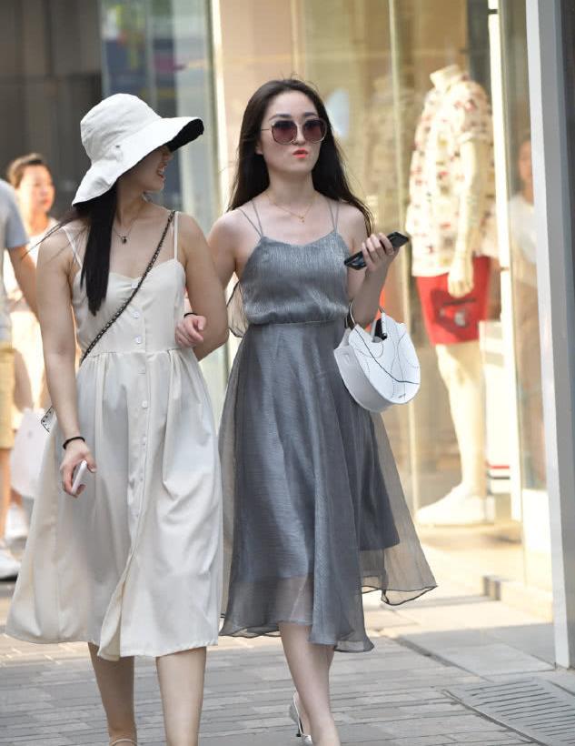灰色吊带长裙搭配高跟鞋,墨镜美女兼具时尚与霸气