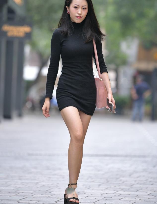 美女街拍:美女黑色修身连衣裙,又A又飒,酷劲十足