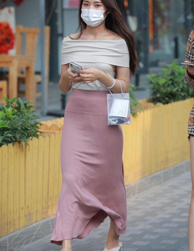 素雅一字肩上衣,搭配粉色裹身裙,恬淡又飘逸
