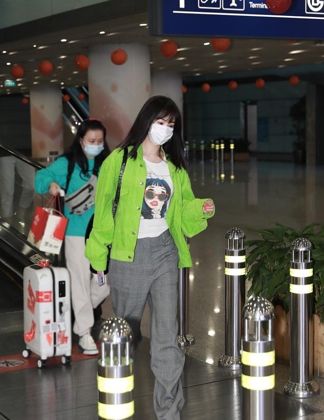 李菲儿穿格纹西裤帅气时髦 套苹果绿外套清新亮眼
