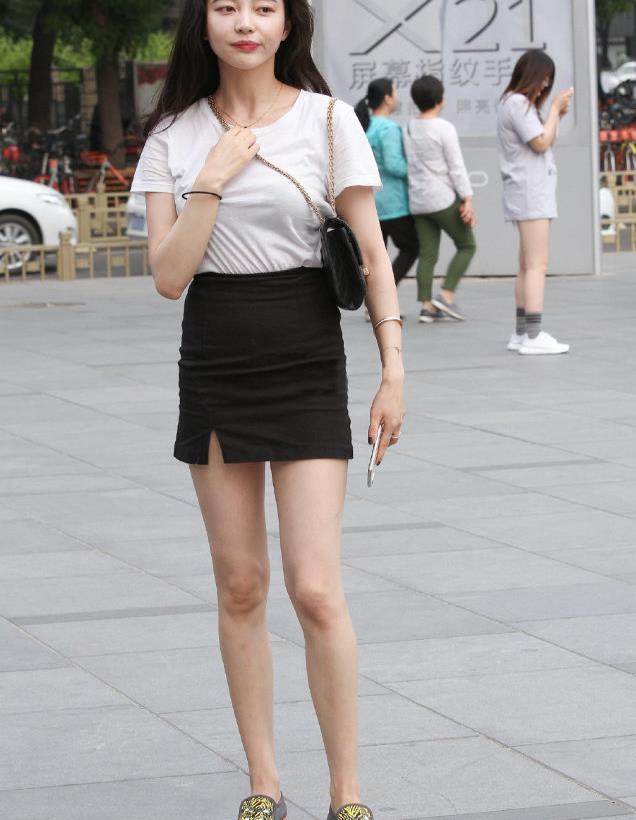 街拍长发美女,白T恤搭配黑色短裙,时尚简约亮眼十足