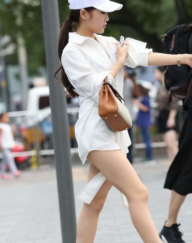 街拍:美女时尚达人 白色棒球帽扎起马尾辫子