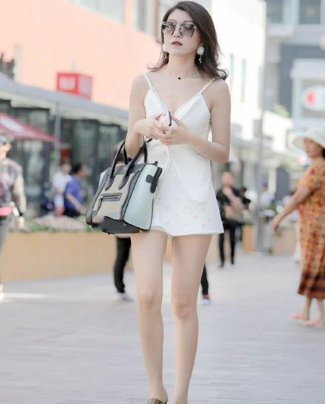 这位都市女郎,穿衣服的时候就喜欢公主风格,白色连衣裙很好看