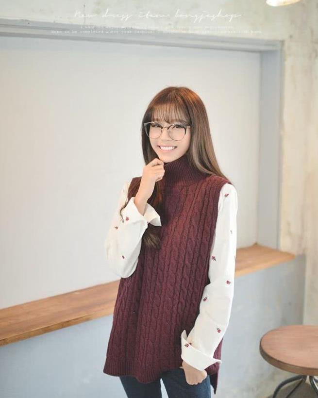 水果印花衬衫搭配素色无袖毛衣,简约穿搭小清新范十足