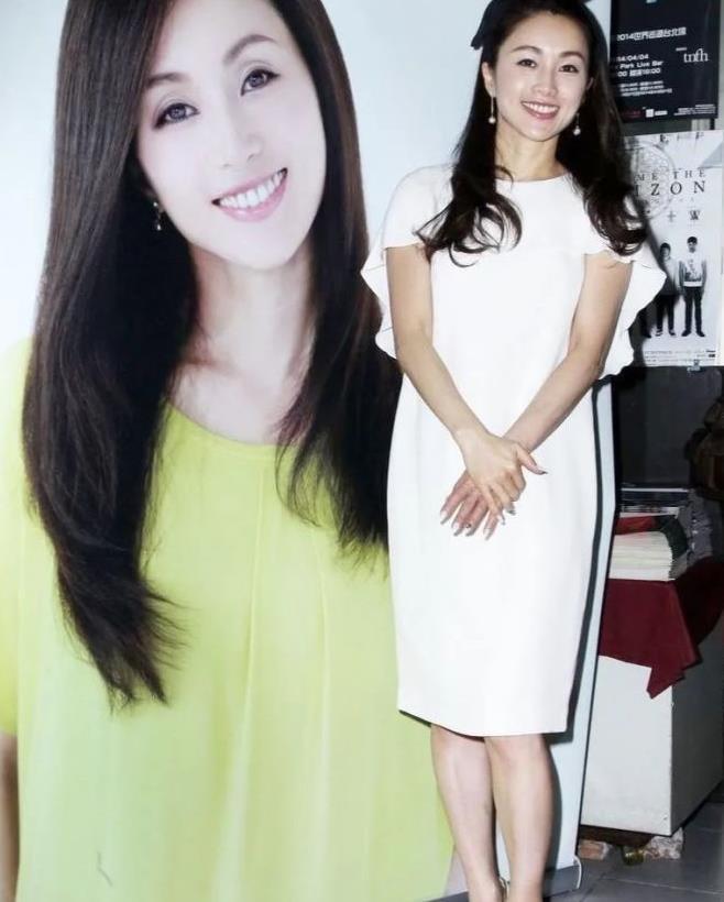 49岁酒井法子风采依旧,白色连衣裙优雅大气,长卷发浪漫优雅