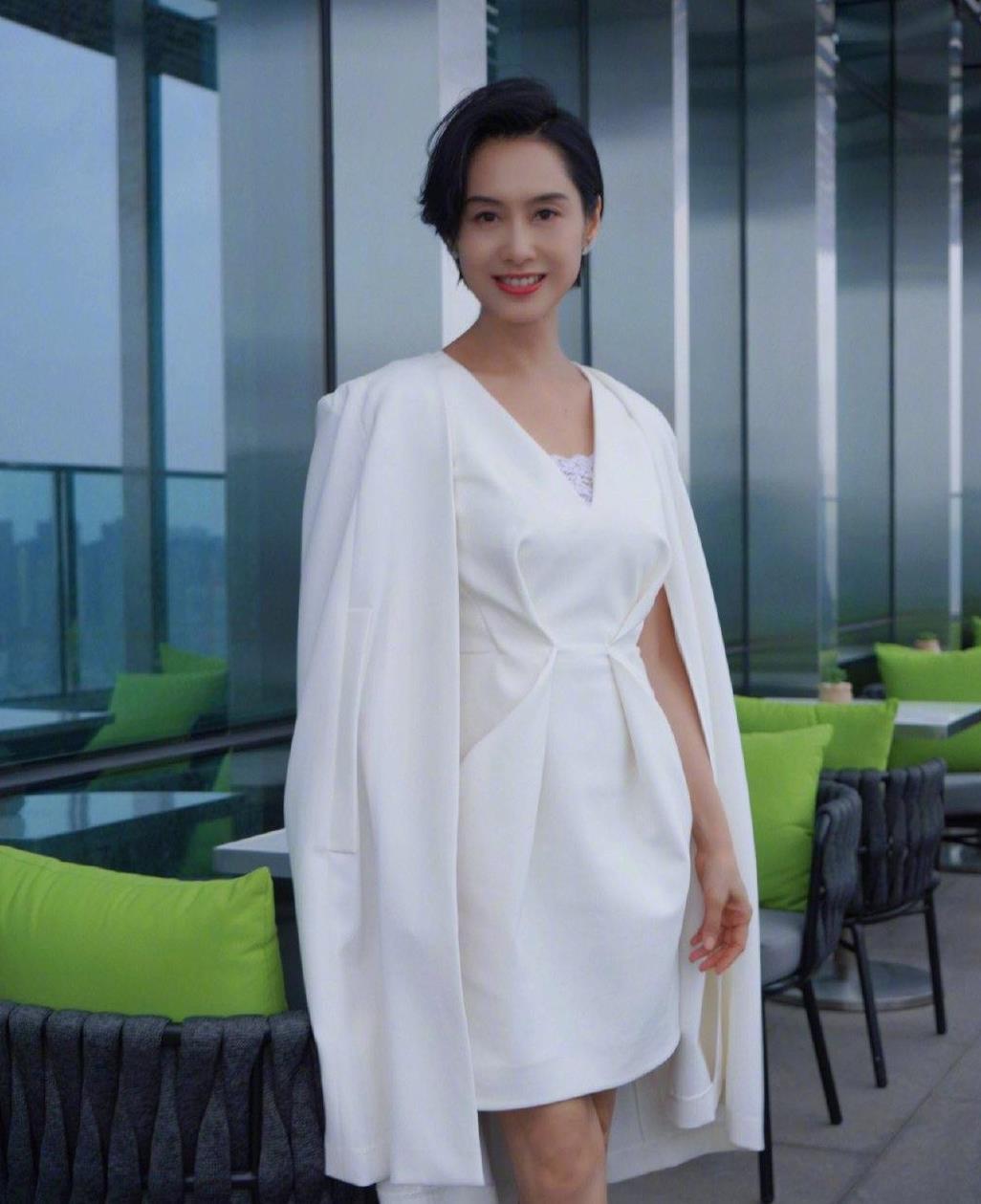 朱茵不愧是一代女神,一袭白色短裙搭配短披风,典雅大方又高级