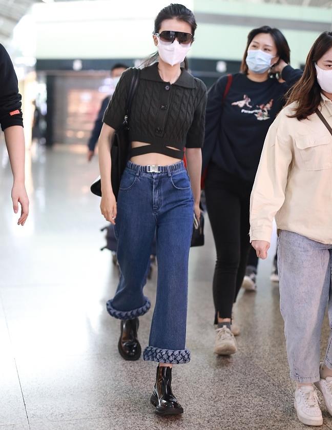 乔欣街拍:黑色绑带针织衫 搭配编织镶边牛仔裤高挑时尚