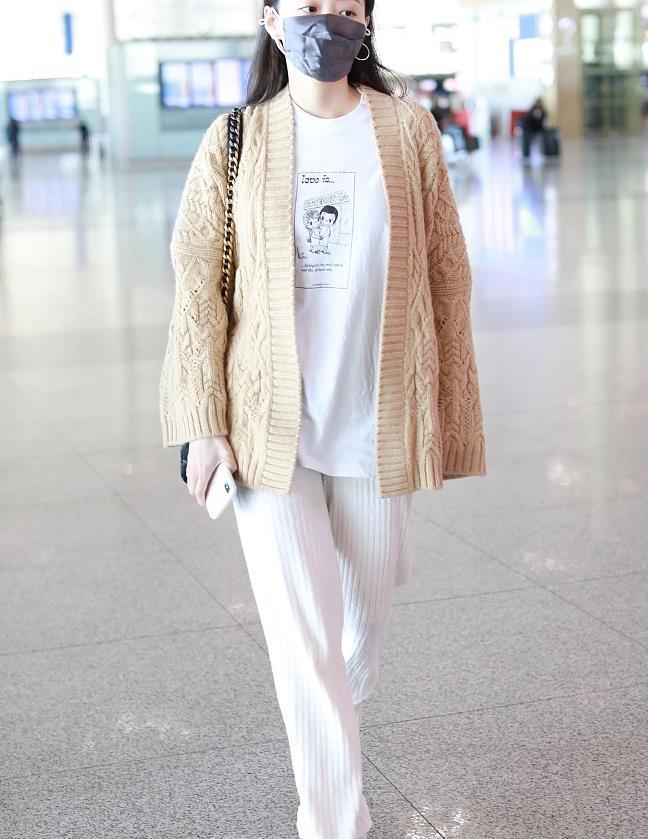 张靓颖街拍:驼色针织开衫针织裤 温婉优雅