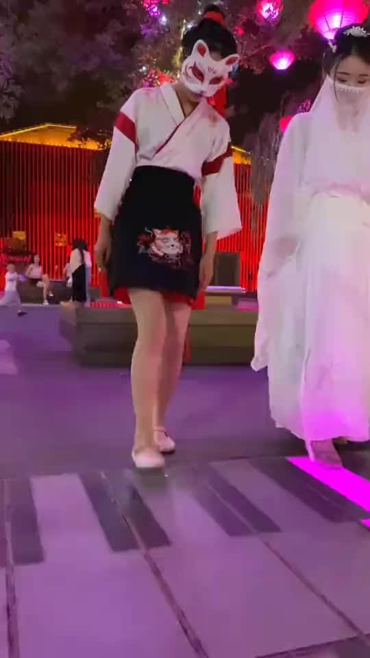大唐不夜城偶遇网红,两人的小短腿引路人围观,穿搭才是亮点!